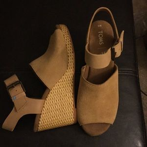 NWOT TOMS Monica wedge